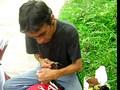 colombiano trabajando artesania