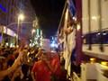 LLEGADA DE CARROZAS A PLAZA ESPAÑA MADRID GAY UP REFRESCO