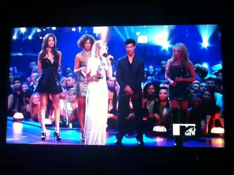 Kanye West Rushes The Stage @ MTV VMA Takes Microphone From Taylor Swift & Disses Her For Beyonce!