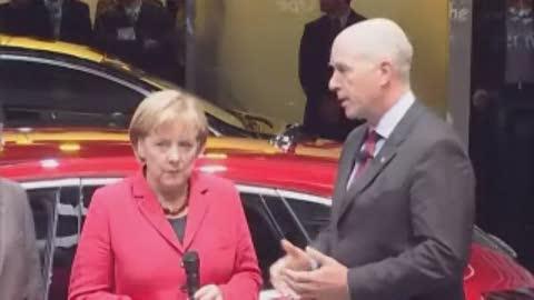 Angela Merkel auf dem Opel Stand