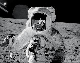 FIRST ON THE MOON: THE UNTOLD STORY  aka   APOLLO 11: THE UNTOLD STORY  (Discovery Channel)    .divx